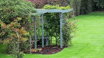 Grand jardin bien entretenu avec de nombreuses options de sièges